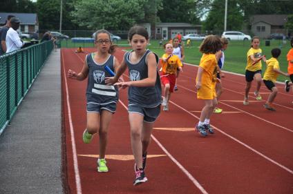 Eliana handoff to Isabella F., 9-10 400m Relay