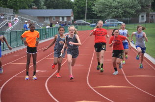 Peyton hands off to Lilly, 400m Relay